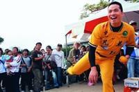 兄弟象球員日前蒞校與球迷同歡,圖為陳瑞昌(右一)在海報街玩棒球九宮格,吸引大批球迷圍觀。(攝影�黃士航)