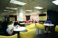圖書館將原本位於大廳右側的未來學展示區改為「閱活區」,上週開放使用,空間寬敞舒適,吸引許多學生在此閱讀。(攝影�洪翎凱)