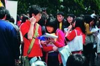 「2009年校園徵才博覽會」於上月26日熱鬧舉行,學生把握機會投履歷。(攝影�黃士航)