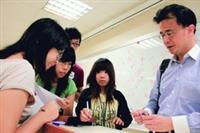 歐研所副教授林立所授課程豐富有趣,260人大班課,一開放選課就額滿,被學生封為「秒殺老師」。(圖�林奕宏)