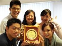 赴「海峽兩岸高校學生精英團隊交流營」的5位學生表現傑出,獲「優秀團隊獎」,圖為其中4位學生與國交處主任李佩華合照。(攝影�劉瀚之)