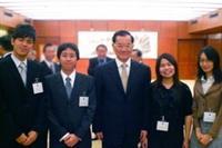 台灣領袖代表連戰(左三)與國貿四吳霽儒(左一)等4位青年領袖代表合影。(圖�吳霽儒提供)
