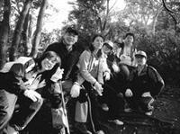 由課程所所長游家政帶領碩二研究生爬觀音山,透過攀岩過程,體驗論文撰寫的先苦後甘,亦促進師生情誼。(圖�課程所提供)