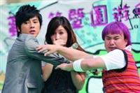 連偶像劇「星空下的童話」也特別至本校取景,田中千繪、李國毅等藝人的出現讓許多師生感到驚喜,爭相一睹明星風采。(攝影�林奕宏)