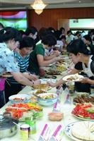 女聯會上週四舉辦「國際美食饗宴」,充滿異國風味的美食擺滿整桌,同仁各個吃得津津有味。(攝影�王文彥)