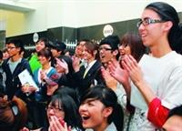 教科系第十屆畢業展,吸引眾多學生。(攝影�吳佳玲)