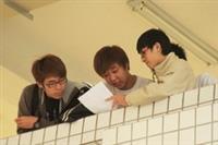 交卷出場的同學,核對答案時,表情時驚時喜。(攝影�張豪展)