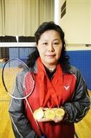 體育室教授楊繼美於上月參與「第15屆全球華人盃羽球賽」,拿下「55歲夫婦組」、「50歲混合組」,及「50歲女子雙打」3項冠軍!(攝影�洪翎凱)