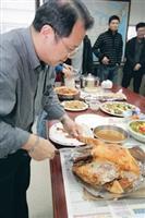 美研所所長黃介正以熟練的技術切火雞,分送給師生享用。(攝影� 嘉翔)