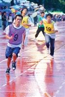 接力賽,參賽者無畏風雨,赤腳向前衝。(圖�陳振堂)