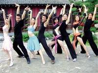 國標社同學在覺軒教室彩排舞蹈,展現讓人心跳加速的風情。(國標社提供)