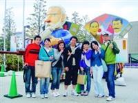 卓慧儀(右三)與同學在長崎美術館前大合照。