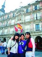 連寅君(左一)與同學於馬德里主廣場拍照留念。