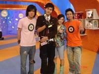 周定緯(左2)參加「2006錢櫃星秀選拔」勇奪冠軍,連偶像團體南牶媽媽都說「讚!」。(圖�周定緯提供)