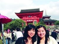 蔡畹青(右一)與同學參觀京都的清水寺。