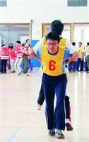 教職員工趣味競賽,參賽者合作無間。