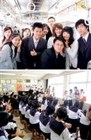 上:商、管學院同學4天都搭電車在長崎活動,見識了日本人的多樣面貌。下:、教育兩學院師生訪問團赴長崎大學附屬中小學參觀。(國際交流暨國際教育處提供)