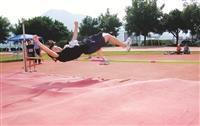 跳高選手輕鬆過關,勝券在握。