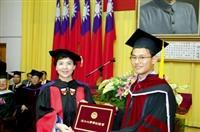本月四日舉辦畢業典禮,校長張家宜親自頒發畢業證書,給每一位博士班畢業生。(攝影�郭展宏)