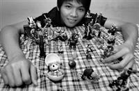 土木系碩二鍾凱竹收集扭蛋多年,每顆扭蛋都是他的寶貝,他也常上網瀏覽文章並交換心得。