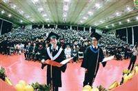 畢業典禮上,畢業生代表訴說臨別之情,唱作俱佳。(攝影�王文彥)