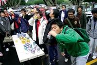 保險週在7日舉行「喝可樂大賽」,有不少同學參加喝免費飲料。(圖/記者  嘉翔)