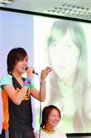 松田丸子(右)與薔薇(左)相偕出席男同性戀社主辦的研討會,後方螢幕播放薔薇的劇照,美艷的外貌讓女人也自嘆不如。(陳振堂攝影)