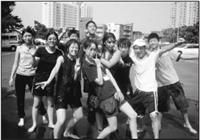 今年暑假舉辦的「海外華裔青年語文研習班」,豐富的活動讓華裔青年們收穫滿滿,圖為學員們參加大地活動,玩得不亦樂乎!(圖�成教部提供)