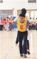 教職員趣味競賽,參賽者進行「當我們黏在一起」遊戲合作無間,表現最佳團隊精神。 11.跳遠選手奮力一跳,感覺像要飛起來了!