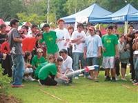 蛋捲節遊戲之一「水火箭」比賽,參加者興致高昂。