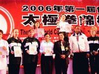陳鏡如(最上者)負傷上場比賽,仍以高超純熟的技巧,展現太極拳的力與美,拿下世界盃外國組女子個人42式太極拳競賽冠軍。