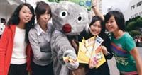 國際青年交流團的團員穿著無尾熊裝,賣力推廣澳洲遊學。(攝影�洪翎凱)