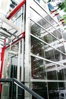建築系館大門於日前加裝光電板,可吸收太陽能,提供教室抽風扇能源之用。(圖/記者  嘉翔)