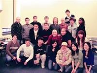 葉思含(前排右一)在作文課教室,與來自全球各地的同學合照。