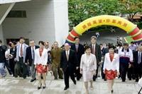 創辦人張建邦與校長張家宜,於6月2日五虎碑揭幕當天,率領師生走上五虎坡。(圖/馮文星)