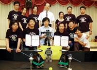 電機系教授翁慶昌(後排中)帶領14名學生,參加世界盃機器人足球賽,獲得一金一銅之殊榮。(圖/記者陳振堂)