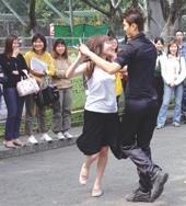 國際標準舞社上週在海報街擺攤招生,一對俊男美女翩翩起舞,吸引許多過往同學欣羨的目光。(記者陳光熹/攝影)