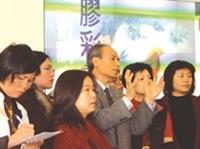畫家劉耕谷出席「膠彩畫名家展」開幕式,向慕名前來的習畫者解說作品。他表示,此次展出的畫作「懷遠圖」取材自古詩詞,以抽象、立體的手法表現意境。(記者陳光熹/攝影)