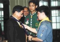 保險三蕭家憲(中)上週一前往總統府,做為童軍總會代表,為阿扁總統佩戴領巾。(圖/中央社提供)