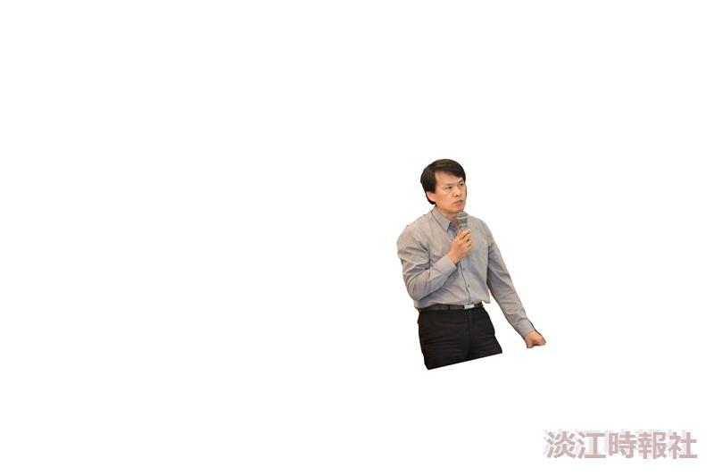 校長張家宜(右)於班代表座談會中頒發優秀青年獎給企管三蘇玟瑄(左)。(攝影/鄭雅文)