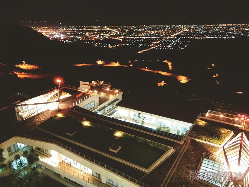 夜間自宿舍屋頂俯瞰整個蘭陽平原,夜景燈火絢爛,享受蘭陽校園特有的夜浪漫,別有一番滋味。