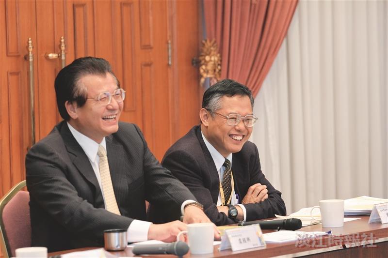 在綜合座談中,聽到精采處,讓學術副校長虞國興(左一)與國際事務副校長戴萬欽(右一)開懷大笑。