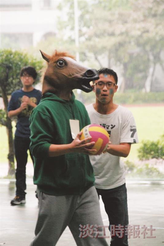 同學在球賽中全程帶著馬頭比賽,激勵隊友士氣。(圖/吳勁頤提供)