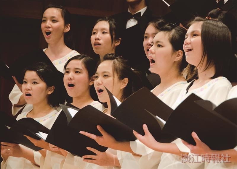 合唱團優美歌聲獲得臺下掌聲。(攝影/羅廣群)