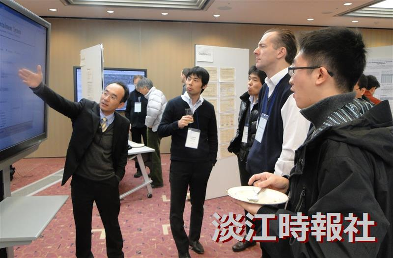 資管系助理教授戴敏育(上圖左一)帶領淡江資管團隊 (右圖)參加日本NTCIR國際資訊檢索評估競賽表現優異。(圖/杜駿提供)