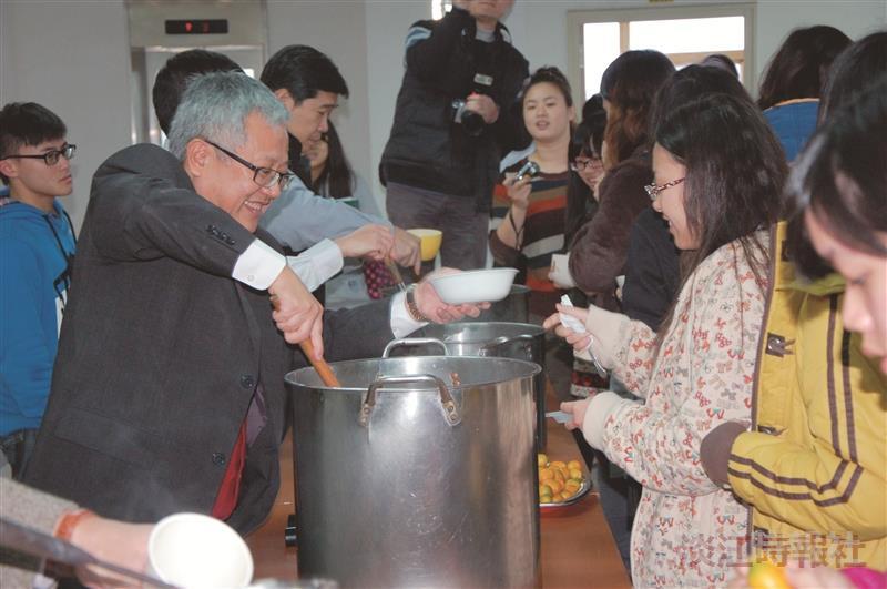 蘭陽校園22日舉辦冬至湯圓會,蘭陽校園主任林志鴻(左一)親幫同學盛湯圓。(圖/蘭陽校園提供)