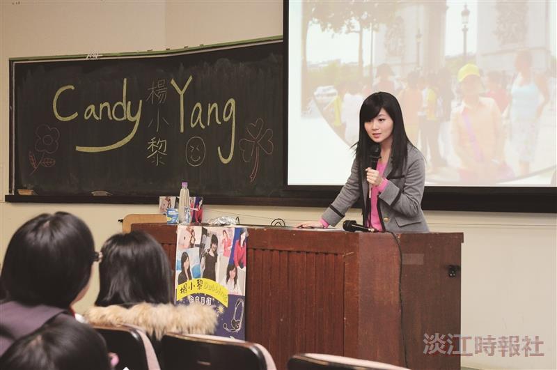 童星出身的楊小黎,與同學分享配音經驗,不少和她「一起長大」的同學慕名前來。(攝影/蔡昀儒)