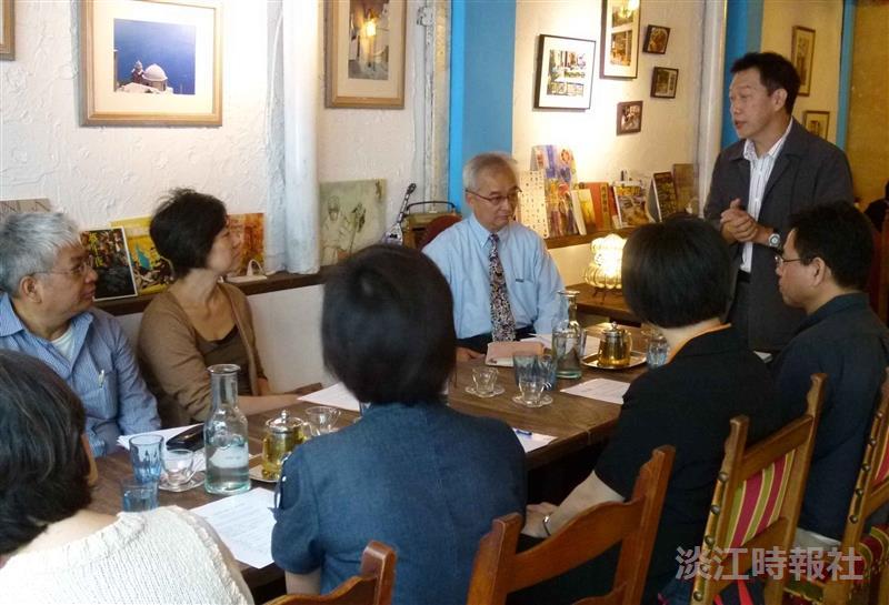 《世界文學》編委會在金華街希臘左巴餐廳召開,外語學院院長也是編委會召集人吳錫德(站立者),與委員們討論合作事項。(圖/外語學院提供)