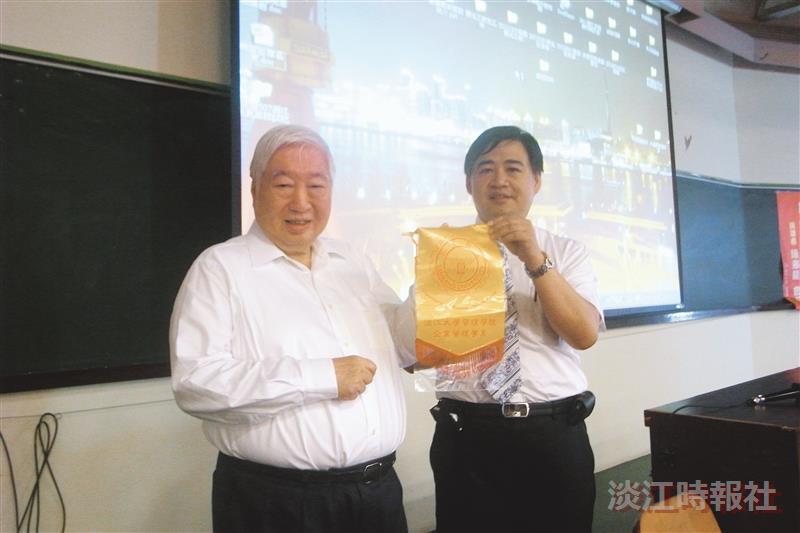 陳飛龍(左一)勉勵學弟妹在全球化趨勢下要學好中文和英文,掌握語言可提升就業競爭力。(圖/企管系提供)