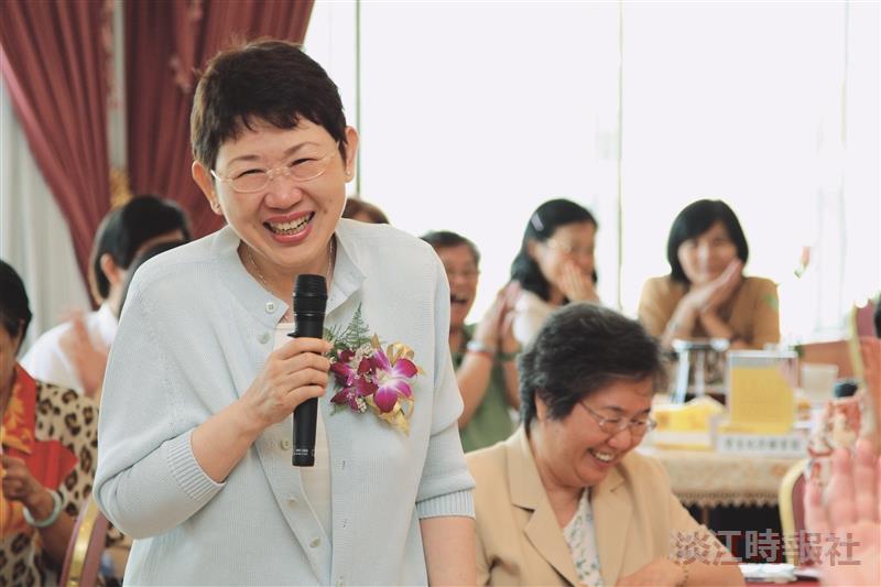圖書館組員董質偉(左一)笑中帶淚分享在淡江的點滴生活。(攝影/林奕宏)